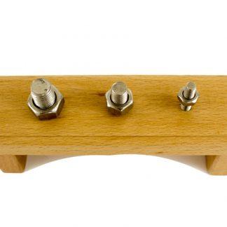 Soporte de madera con tuercas de metal que se pueden desenroscar y enroscar. Se utiliza para mejorar la coordinación, así como la independencia del/la niño/a en la vida práctica.