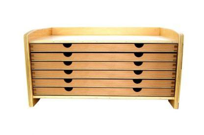 Gabinete o mueble de madera con 6 cajones con 35 piezas geométricas diferentes.