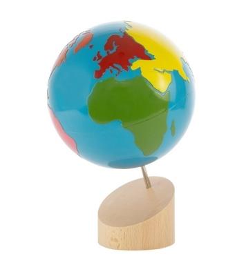 Un globo terráqueo con los continentes en colores y los océanos en azul,vista frontal,foto redes sociales,mmm221