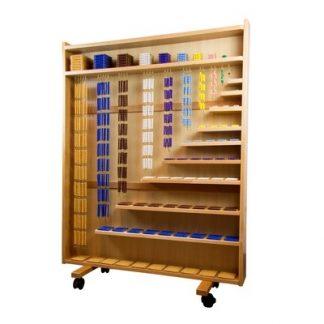 Este material Montessori (Quality Premium) está diseñado para contener el conjunto de todas las perlas. En este material se incluyen el cubo de perlas de cada número, el cuadrado, así como las cadenas largas y cortas.