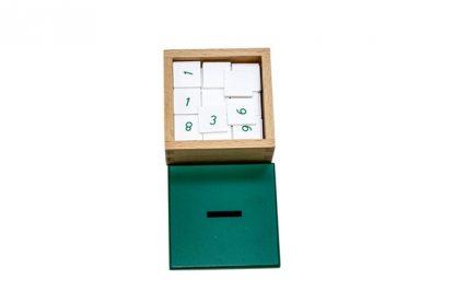 Material de Calidad Premium que consta de 3 tablas de madera, y 1 caja de madera de fichas numéricas.