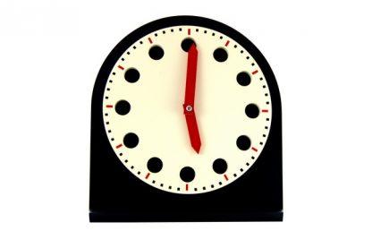 Un reloj con doce orificios y dos manecillas, una corta y una larga en color rojo. Doce fichas en color rojo con los números escritos del uno al doce