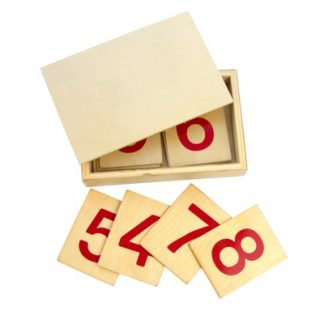 Una caja que contiene 10 tarjetas de madera numeradas de l 1 al 10, tiene los numeros en color rojo de facil lectura y se utilizan junto a las barras numéricas.