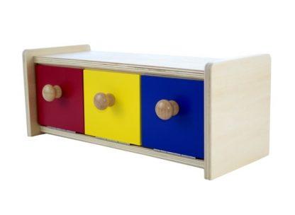 La caja con cajones de colores desarrolla la coordinación ojo-mano e indirectamente permite que el niño experimente la permanencia del objeto,vista lateral,foto redes sociales,mmm001
