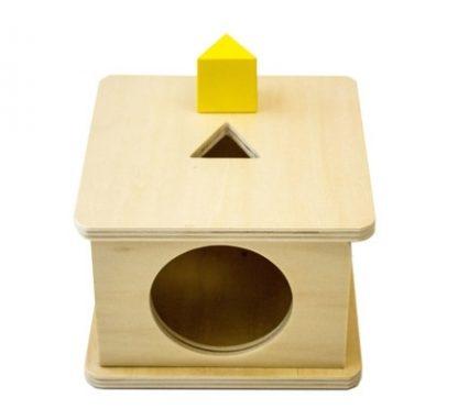 Caja con encaje de prisma triangular de madera - Material montessori-vista frontal