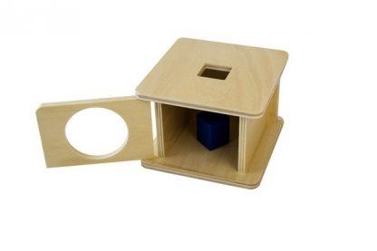 MMM008 - Caja con encaje de prisma cúbico de madera - material montessori - vista frontal derecha