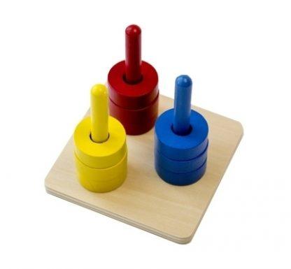 MMM013 - Discos de colores en 3 pasadores de colores - Material Montessori - vista diagonal derecha