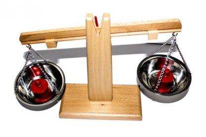 Balanza de madera fácil de utilizar, incluye 3 pesos rojos y tres azules de diferentes tamaños