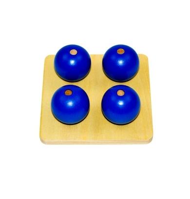 Un tablero de madera cuadrado con 4 pequeñas clavijas que tiene 4 bolas de dos tamaños diferentes,vista superior,foto redes sociales,mmm018