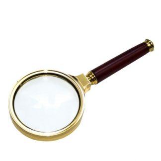 Pequeña lupa para niño.El niño aprende a observar los objetos desde otra prespectiva con la lupa,vista frontal,foto redes sociales,mmm049