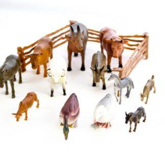 Set compuesto de figuras de plastico y 3 vallas que imitan animales para que el niño recree una granja.