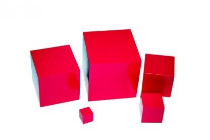 El material consiste en 5 cubos sólidos de madera pintados de rosa y graduados en tamaños de 2 centímetros cúbicos a 10