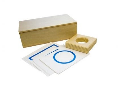 Este material consiste en una caja de madera que incluye bases para las figuras geométricas sólidas y también fichas de dichas figuras, vista frontal,foto redes sociales,mmm400