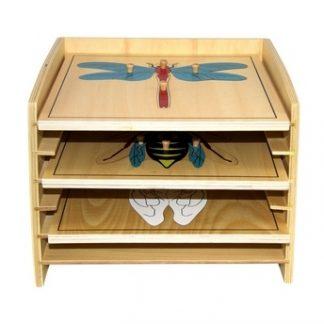 Este material consiste en un gabinete de madera que incluye 5 puzzles de insectos,vista frontal,foto redes sociales,mmm503