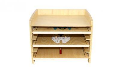 Este material consiste en un gabinete de madera que incluye 5 puzzles de insectos,vista frontal,mmm503