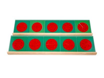 Diez fracciones rojas con marcos de metal verde que muestran un círculo dividido progresivamente en secciones más pequeñas.