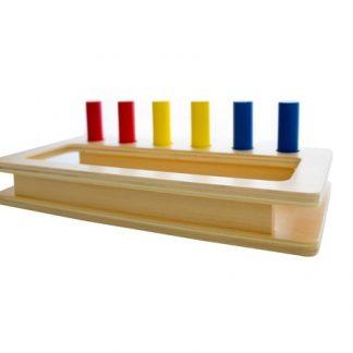 Bandeja con Agujeros y Clavijas de Colores-Material Montessori-vista frontal